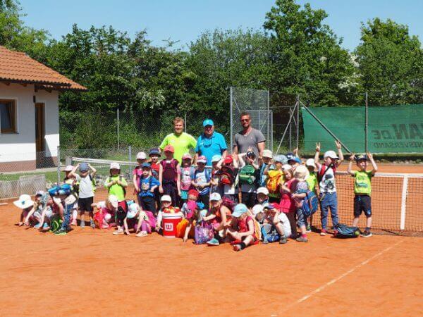 Rohrer Kindergarten spielt Tennis